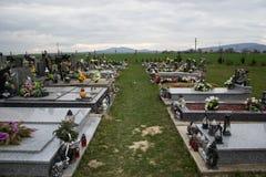 TVRDOMESTICE, SLOVAQUIE - 12 3 2016 : Tombes, pierres tombales et crucifix sur le cimetière traditionnel Bougies votives de lante Image stock