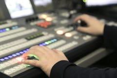 TVredaktör som arbetar med den ljudsignal videopd blandaren i en televisionbroadca arkivbild