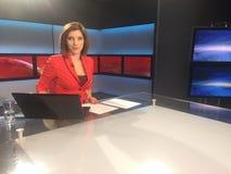 TVreporter på nyheternaskrivbordet royaltyfri fotografi