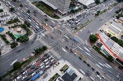 Tvärgator och trafik på den upptagna föreningspunkten Sydamerika Royaltyfri Foto