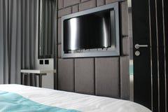 TVskärm i en modern lägenhets sovrum royaltyfria foton