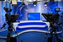 TVstudio med kameran och lampor Arkivfoto
