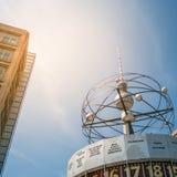 Tvtornet Fernsehturm och den berömda världen tar tid på på Alexanderplatz i Berlin Arkivbilder