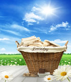 Tvättkorg med kläder på den lantliga tabellen mot blå himmel Royaltyfri Fotografi