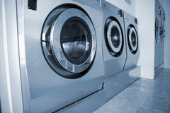 Tvättmaskiner i kommersiell tvättinrättning Arkivbild