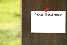 Twój biznesowa inskrypcja na białym nutowym papierze z drewnianym tłem Obrazy Royalty Free