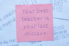Twój najlepszy nauczyciel jest twój ostatnim błędem pisać na notatce zdjęcie royalty free