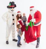 Twój ojciec jest Santa Daje prezentów pudełkom przy bożymi narodzeniami Obraz Stock