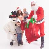 Twój ojciec jest Santa Daje prezentów pudełkom przy bożymi narodzeniami Fotografia Stock