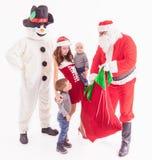 Twój ojciec jest Santa Daje prezentów pudełkom przy bożymi narodzeniami Zdjęcie Stock