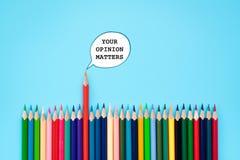 Twój opinii sprawy grupa kolor części opinia na błękitnym tle fotografia stock