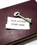 Twój sukcesu początek tutaj z kluczem na książce Zdjęcie Stock