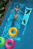 twój wakacje rodzinny szczęśliwy lato Kobieta Cieszy się wakacje, Unosi się W Pływackim basenie Fotografia Stock