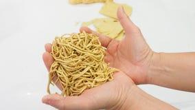 Twórca pokazuje jajecznego kluski formierstwu glinianego Chińskiego jedzenie na ręce zdjęcia royalty free