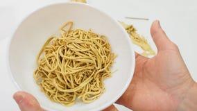 Twórca pokazuje jajecznego kluski formierstwu glinianego Chińskiego jedzenie na ręce jest fotografia royalty free