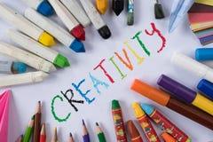 Twórczości pojęcie kolorowy papier, kredka, kolorowy ołówek i papier z słowem twórczość -, Zdjęcia Stock