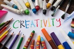 Twórczości pojęcie kolorowy papier, kredka, kolorowy ołówek i papier z słowem twórczość -, Obrazy Stock