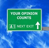TW?J opinia LICZY drogowego znaka przeciw jasnemu niebieskiemu niebu zdjęcia stock