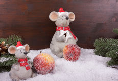 Tw myszy w śniegu z cukrowymi jabłkami Fotografia Stock