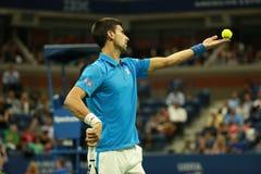 Twaalf keer Grote Slagkampioen Novak Djokovic van Servië in actie tijdens zijn kwartfinalegelijke bij US Open 2016 Stock Foto's