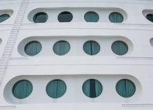 Twaalf Patrijspoorten op Boog van Cruiseschip Stock Foto