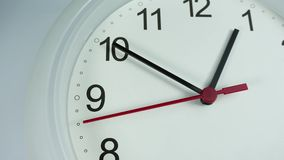 Twaalf uur witte klok op witte achtergrond, tijdtijdspanne 20 minuten die zich snel bewegen stock videobeelden
