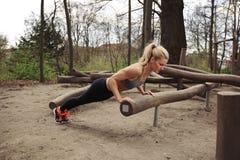 Twarda młoda kobieta robi pushups Obraz Royalty Free