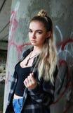 Twarda przyglądająca nastoletnia dziewczyna z jej nosem przebijającym Obraz Royalty Free
