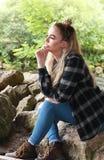 Twarda przyglądająca nastoletnia dziewczyna z jej nosem przebijającym Obraz Stock