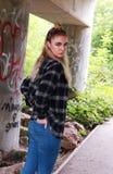 Twarda przyglądająca nastoletnia dziewczyna z jej nosem przebijającym Fotografia Stock