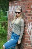Twarda przyglądająca nastoletnia dziewczyna z jej nosem przebijającym Zdjęcia Stock