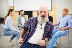 Twardy Brodaty mężczyzna w terapii sesji obrazy stock
