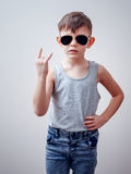 Twardy dziecko robi symbolom z ręką zdjęcia royalty free