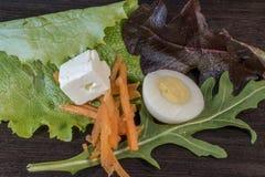 Twardy jajko, pomidor, ser, marchewka, sałatka obrazy royalty free