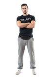 Twardy macho bouncer jest ubranym talii torbę z krzyżować rękami patrzeje kamerę zdjęcie stock