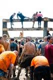 Twardy Mudder: Praca zespołowa Dost one Przez Ściennego wspinaczki wyzwania Zdjęcie Stock