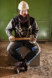 Twardy pracownik z żelazo młotem i łańcuchem obrazy stock