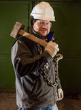 Twardy pracownik z żelazo młotem i łańcuchem obrazy royalty free