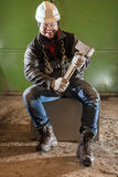 Twardy pracownik z żelazo młotem i łańcuchem fotografia stock