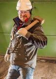 Twardy pracownik z żelazo młotem i łańcuchem obraz stock