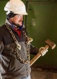 Twardy pracownik z żelazo młotem i łańcuchem zdjęcia royalty free