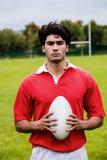 Twardy rugby gracz przygotowywający bawić się fotografia stock