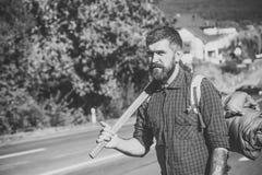 twarzą do ludzi brutalny ludzi Mężczyzna wycieczkowicz z broda chwyta plecakiem na drodze i cioską Zdjęcie Royalty Free
