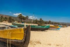 Twarz łódź rybacka parkująca samotnie w seashore z tło widokiem, Visakhapatnam, Andhra Pradesh, Marzec 05 2017 obraz stock