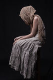 twarz chująca smutnego szalika siedząca kobieta Obraz Royalty Free