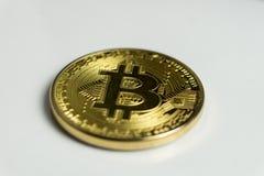 Twarz crypto waluty z?oty bitcoin odizolowywaj?cy na bia?ym tle Poj?cie wirtualna mi?dzynarodowa waluta fotografia royalty free