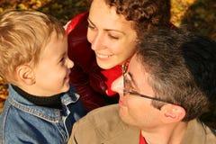 twarzą do jesieni rodziny Zdjęcia Royalty Free