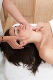 twarz dostaje jej masażu zdroju kobiety Zdjęcie Stock