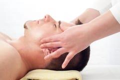 twarz dostaje przystojnych mężczyzna masażu potomstwa Zdjęcia Royalty Free