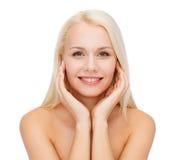 Twarz dotyka jej twarzy skórę piękna kobieta zdjęcia royalty free